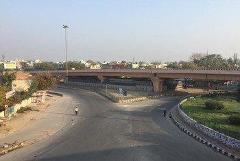 الشوارع التي تكون  في العادة شديدة الازدحام في المدن في جميع أنحاء الهند تبدو مهجورة في غالبها مع إعلان البلاد عن إغلاق شامل.