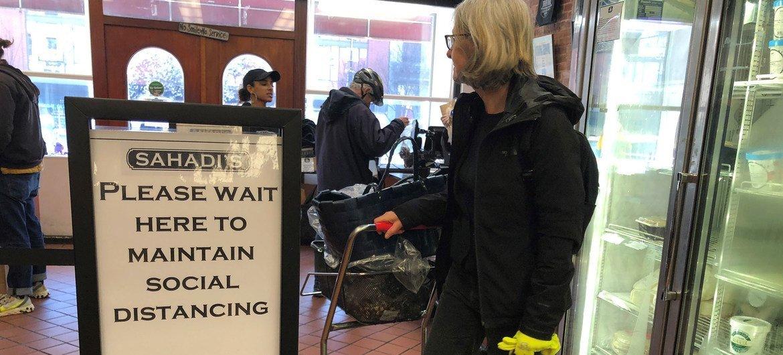 Las tiendas de la ciudad de Nueva York han tomado medidas para que sus clientes mantengan distancia entre ellos.