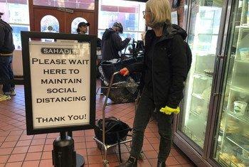 De nombreux magasins à New York ont mis en place des mesures pour maintenir les clients à distance.