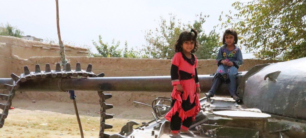 अफ़ग़ानिस्तान के कान्दहार में बच्चे एक क्षतिग्रस्त टैंक पर खेल रहे हैं.