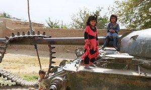 Des enfants à Kandahar, en Afghanistan, jouent sur un char détruit.