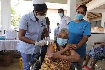 سيدة مسنة تتلقى لقاح كوفيد-19 في سري لانكا.