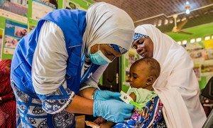Un bebé de siete meses recibe tratamienot para la desnutrición en un centro de salud del estado de Yobe, en Nigeria.