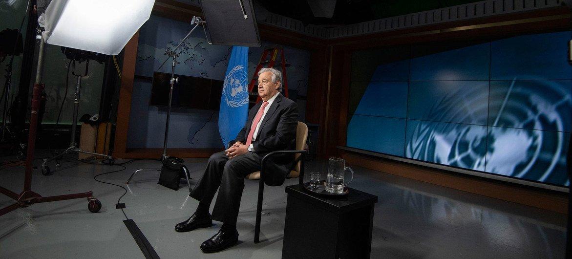 الأمين العام للأمم المتحدة أنطونيو غوتيريش يسجل رسالة فيديو حول جائحة كوفيد-19.