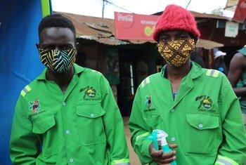 Les travailleurs du bidonville de Kibera à Nairobi, au Kenya, prennent des mesures pour se protéger contre le coronavirus.