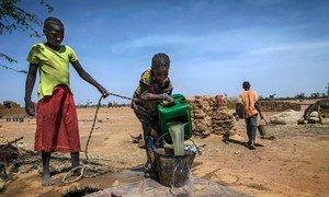 Des enfants vont chercher de l'eau dans un village de personnes déplacées dans la région de Mopti au Mali (Archives).