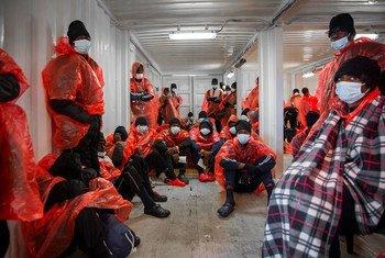 إنقاذ مهاجرين أفارقة في آذار/مارس 2021، في عرض البحر المتوسط، وهو من أكثر طرق العبور البحرية خطورة.