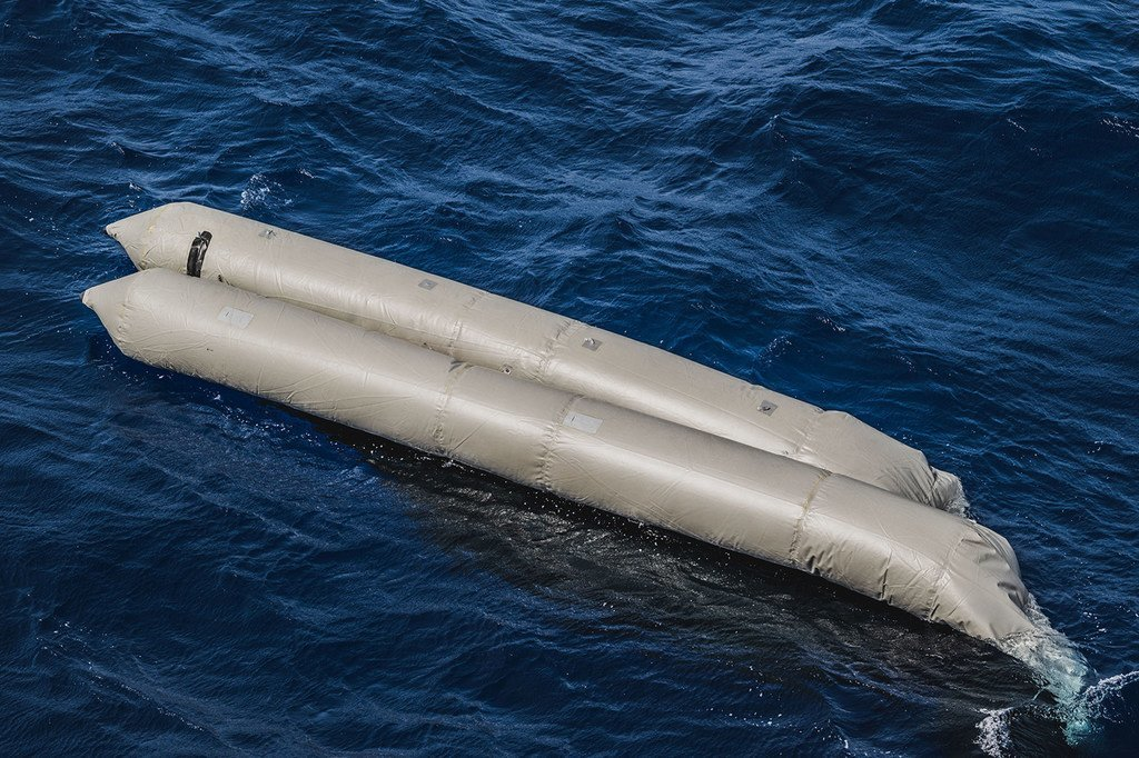 这艘充气船在地中海利比亚沿岸倾覆之后,至少有130名试图前往欧洲的人丧生。