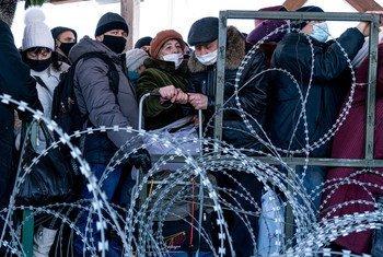 在乌克兰,政府控制范围以外地区的居民排队等待进入政府控制的地区。