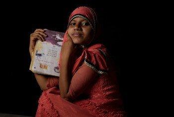 Une réfugiée rohingya de quatorze ans tient son livre de poésie préféré dans un camp de réfugiés à Cox's Bazaar, au Bangladesh.