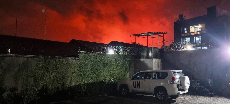 O céu fica vermelho em Goma, no leste da República Democrática do Congo, após a erupção do vulcão Monte Nyiragongo