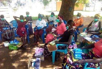Martha Achok akikuza uelewa kuhusu jinsi ya kuzuia kusambaa kwa COVID-19 nchini Uganda.