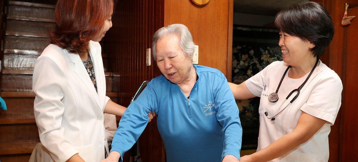 """韩国的"""" HYO政策""""使贫困、健康状况不佳和孤独的老年人更容易获得保健服务,包括通过家访。这一政策荣获了联合国2020年公共服务奖。"""