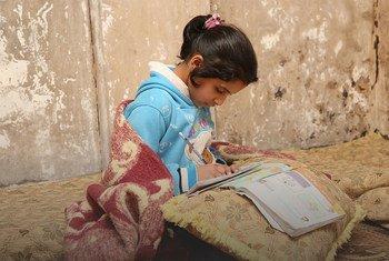 (من الأرشيف) فتاة فلسطينية لاجئة في مخيم درعا في سوريا، تواصل دراستها رغم تعطل المدارس بسبب جائحة كوفيد-19.