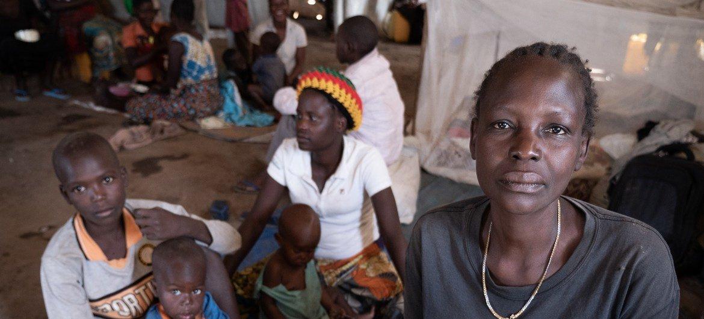 刚果民主共和国境内流离失所者营地内的妇女和儿童。