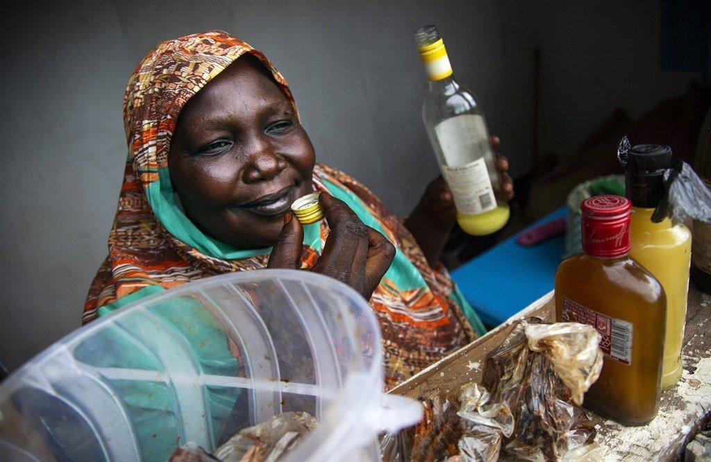 Ester Angello mwenye umri wa miaka 44 ni mjane mkazi wa Juba Sudan Kusini. Anajipatia kipato cha kulea wanae 8 kwa kuuza uturi huu anaotengeneza mwenyewe.