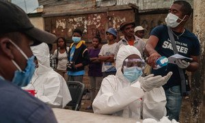 Des travailleurs de la santé testent des habitants de Madagascar sur la Covid-19.