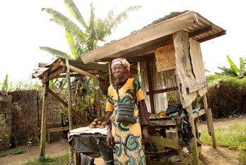 Mama Mjane anayelea wajukuu wake watatu huko Douala, Cameroon.