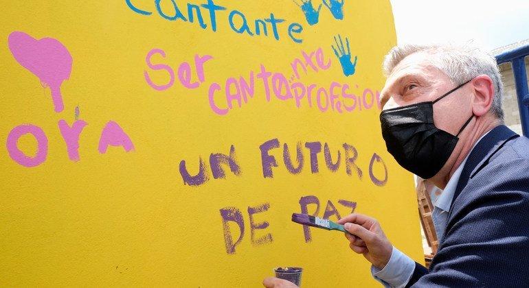 El Alto Comisionado de la ONU para los Refugiados, Filippo Grandi, escribe en un mural del Centro de Integración Social La Milagrosa, en Colombia.