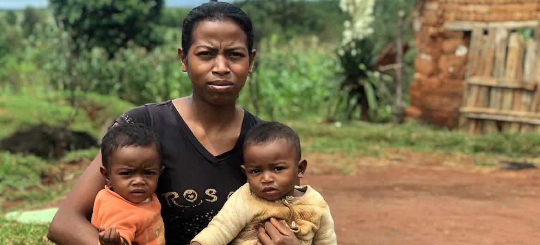 À Madagascar, ces jumeaux d'un an ont été diagnostiqués comme souffrant de malnutrition aiguë sévère.