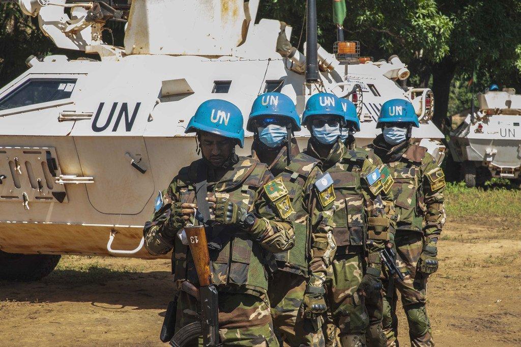 Des soldats de la paix de l'ONU patrouillent à Bakouma en République centrafricaine.