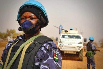 联合国马里稳定团的维和人员在该国东部恐怖分子活动较为猖獗的梅纳卡地区巡逻。