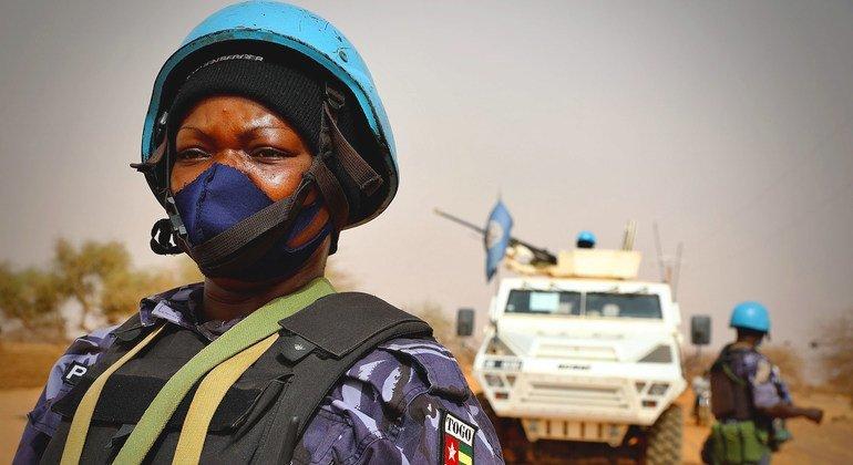 حفظة سلام تابعون للأمم المتحدة يجرون دوريات في إقليم ميناكا في مالي، حيث تنشط مجموعات إرهابية هناك.