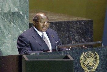 Rais Benjamin Mkapa akihutubia mjadala mkuu wa Baraza Kuu la Umoja wa Mataifa tarehe 21 Septemba 2004 jijini New York, Marekani.