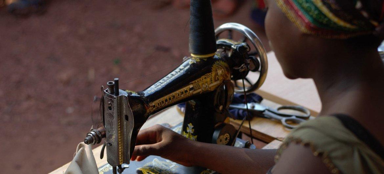 Elisabeth no tiene ya edad para asistir a la escuela primaria, pero aprende corte y costura.