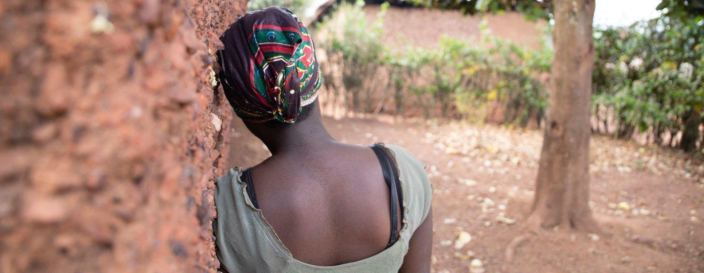 Elisabeth, que ahora tiene 16 años, se encuentra de nuevo con su familia en Burundi.