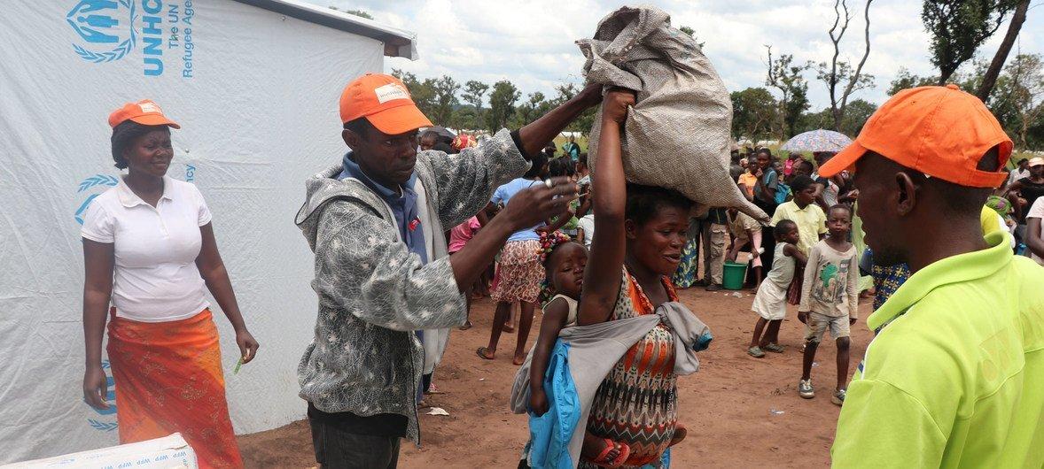 Trabalhadores humanitários fornecendo alimentos para refugiados no assentamento de Lóvua, em Angola, em 2018