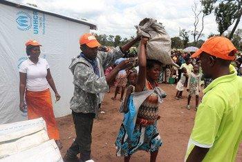 Des travailleurs humanitaires fournissent des rations alimentaires à des réfugiés du camp de Lovua, en Angola (archives).