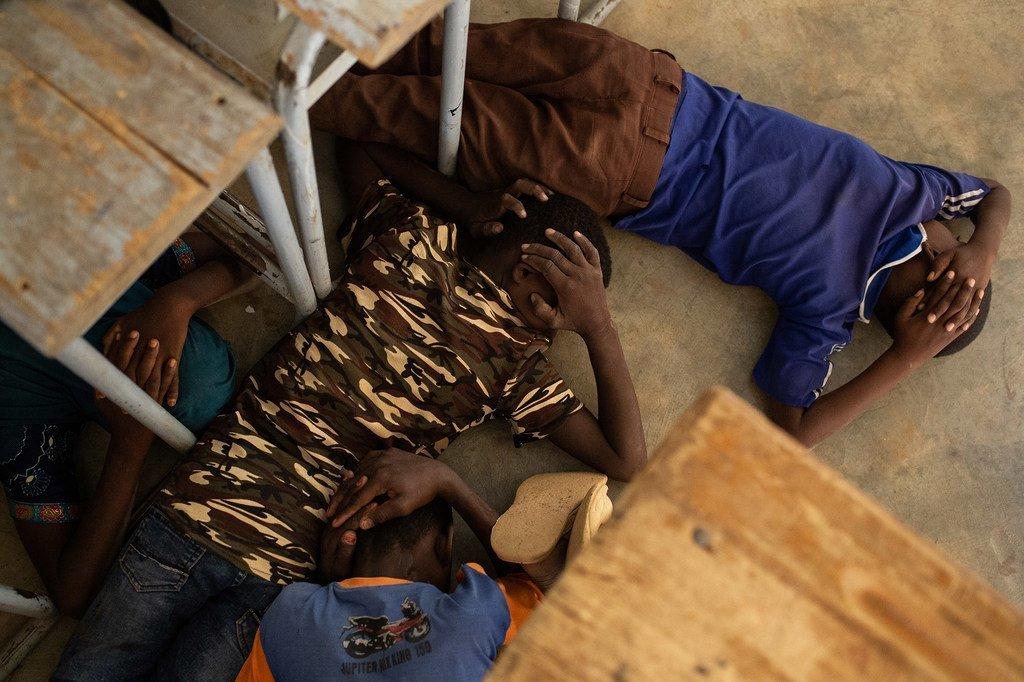 Des enfants participant à un exercice de simulation d'attaque dans une école primaire à Dori, au Burkina Faso, le 26 juin 2019.
