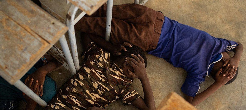 बुर्किना फ़ासो में हमले से बचने के लिए आयोजित एक ड्रिल में हिस्सा लेते बच्चे.