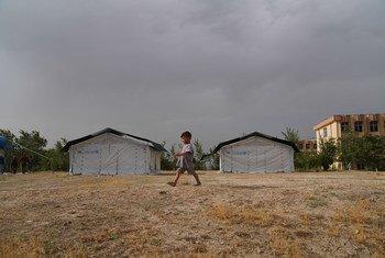 Uma criança caminha por um campo temporário montado em Cabul depois que sua família foi deslocada devido à insegurança em todo o Afeganistão
