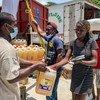 हेती के दक्षिणी इलाक़े में, भूकम्प से प्रभावित लोगों की मदद के लिये, कैम्प पेरिन में, खाद्य सामग्री वितरित किये जाते हुे.