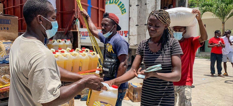 हेती के दक्षिणी इलाक़े में, भूकम्प से प्रभावित लोगों की मदद के लिये, कैम्प पेरिन में, खाद्य सामग्री का वितरण.