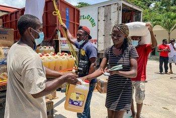 توزيع الطعام على 3,000 شخص في مخيم بيرين، أحد المناطق التي تأثرت بالزلزال في جنوب هايتي.