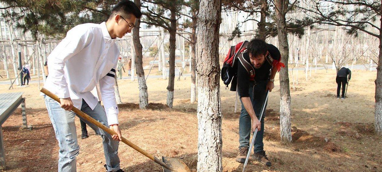 中国石油大学(华东)联合国内外师生共同建设绿色校园。