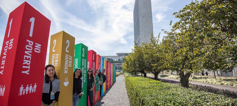 在纽约联合国总部的一场展示中,代表17个可持续发展目标的年轻人排队等候。