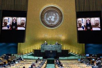 El Presidente Luis Rodolfo Abinader, de la República Dominicana (en las pantallas), se dirige al debate general del septuagésimo quinto período de sesiones de la Asamblea General.