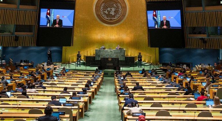 El presidente de Cuba Miguel Díaz-Canel Bermúdez (en la pantalla) se dirige a la Asamblea General durante el debate del 76 periodo de sesiones.
