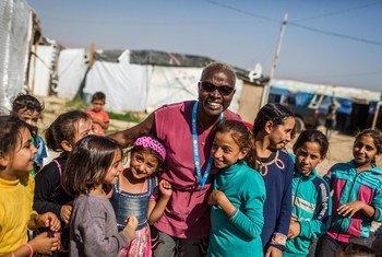 L'ambassadrice itinérante de l'UNICEF Angélique Kidjo s'entretient avec des enfants dans le quartier informel de Housh el Refka, dans la vallée de la Bekaa au Liban.