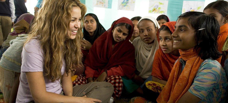 UNICEF Goodwill Ambassador Shakira talks with Nipa, an 11-year-old Bangladeshi cyclone survivor.