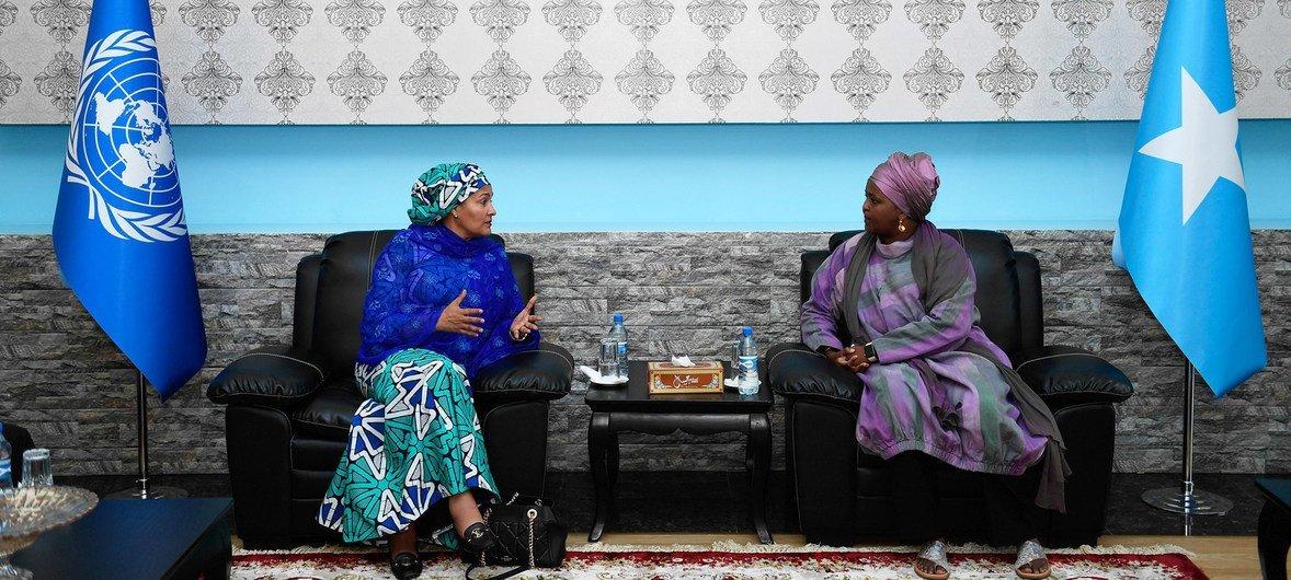Amina Mohammed reune com a ministra das Mulheres e Direitos Humanos da Somália, Deeqa Yasin