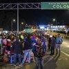 Des réfugiés et des migrants vénézuéliens attendent au poste-frontière du pont international Rumichaca pour entrer en Équateur en provenance de Colombie.