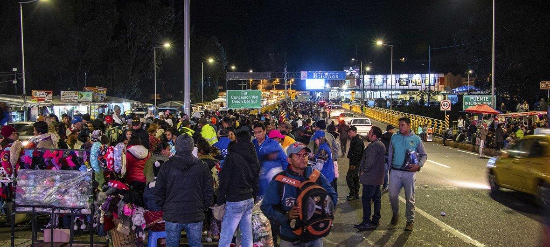 Migrantes venezuelanos na ponte Rumichaca, que liga Equador e Colômbia
