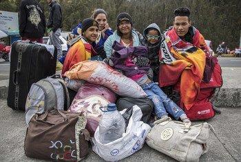 Venezuelanos aguardam para atravessar a fronteira entre Colômbia e Equador