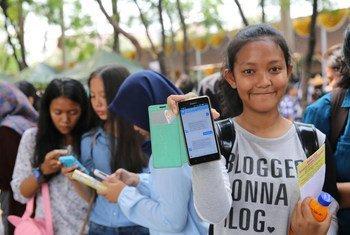 इण्डोनेशिया में लड़कियाँ स्मार्टफ़ोन का इसतेमाल करते हुए.