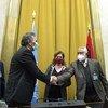 La representante especial en funciones de la ONU para Libia, obsrva a los representantes de la Comisión Militar Conjunta Libia 5+5 durante la firma del acuerdo de alto el fuego permanente.